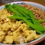 鶏と卵とサヤの三色御飯